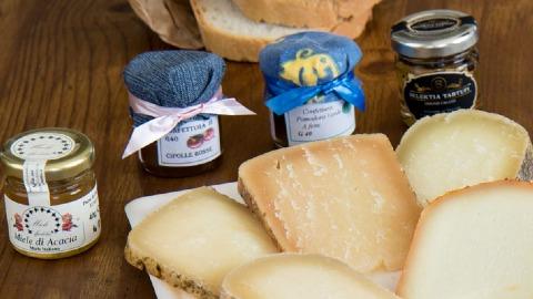 selezione-formaggi-abbinati-a-miele-e-confetture